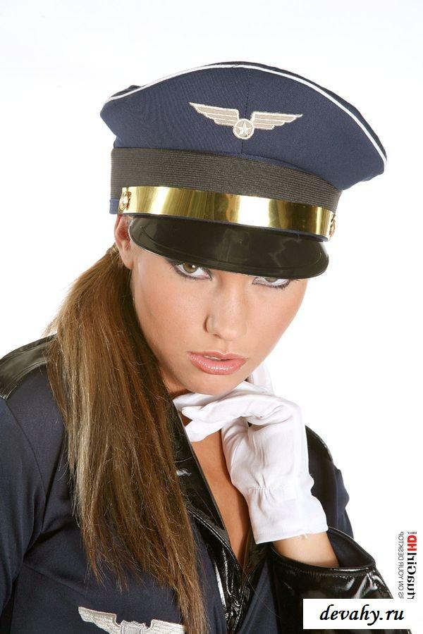 Вызывающий образ от смазливой стюардессы
