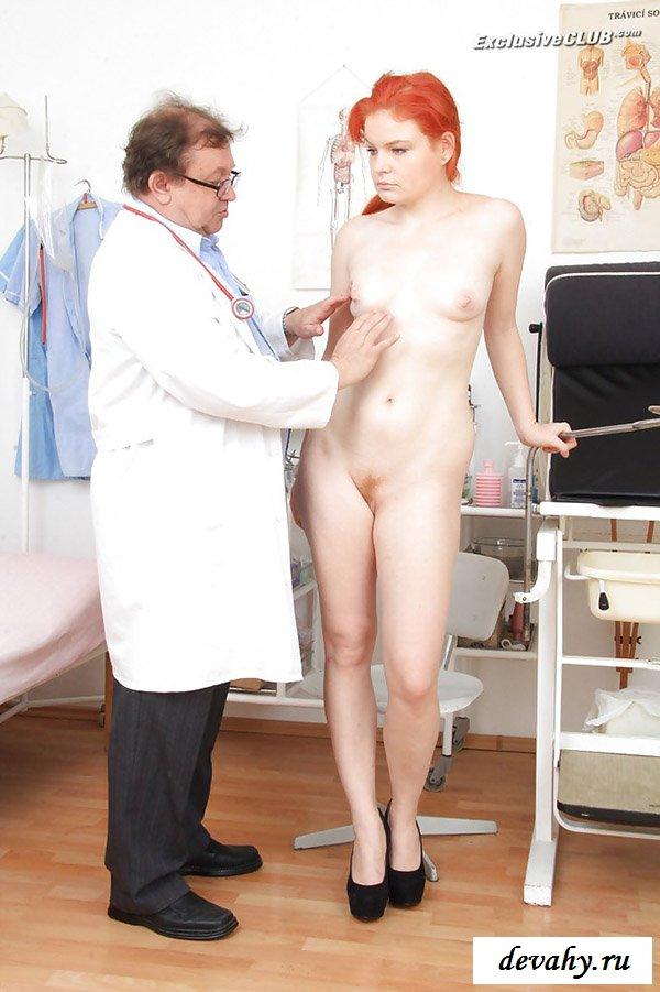 Деваху подробно рассматривает врач