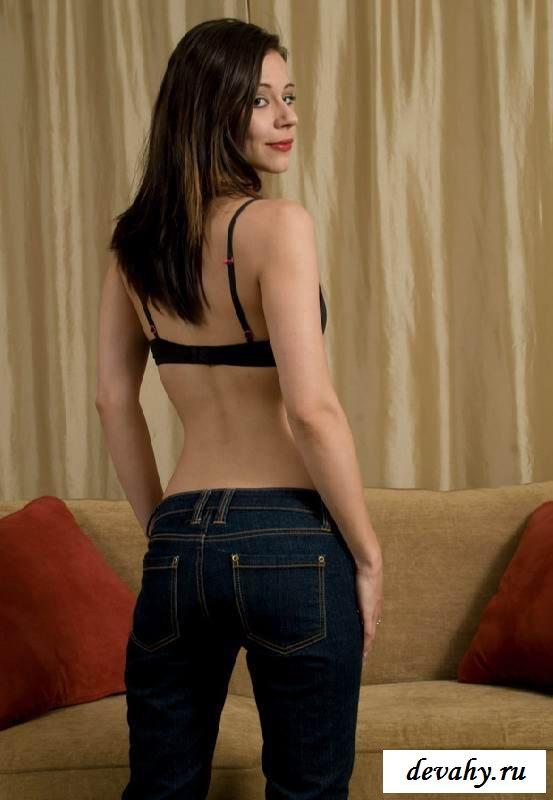Развитая пизда голой особы (15 эротических снимков )