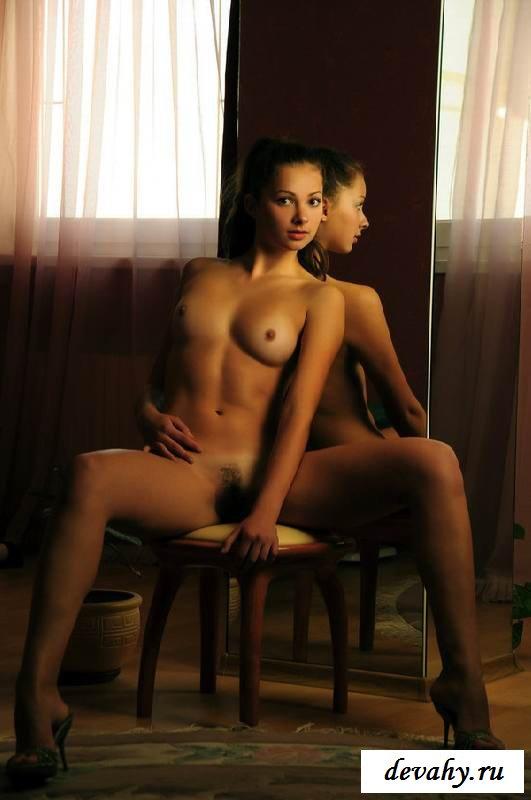 Худенькое тело обнаженной красотки с маленьким бюстом  (15 фото эротики)