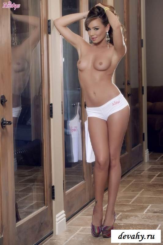 Опрятная киска голой Капри Андерсон (15 фото эротики)