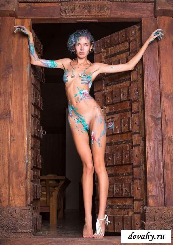 Голое тело малышки заляпано краской  (16 эротические фотографии)