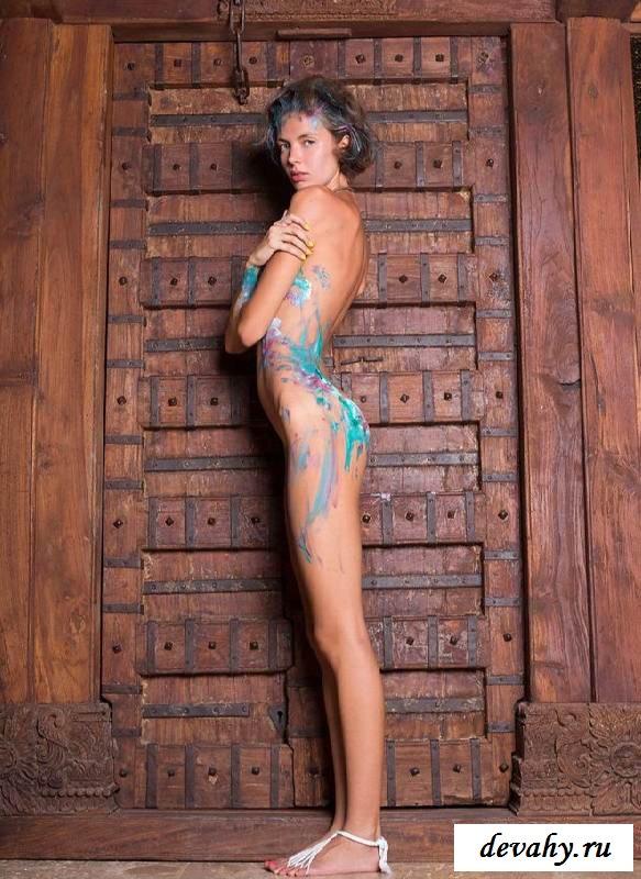 Голый торс красотки заляпано краской  (16 эротические фотографии)