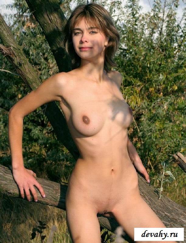 Обнаженная игривая целочка с приятной грудью (15 эро фоток)