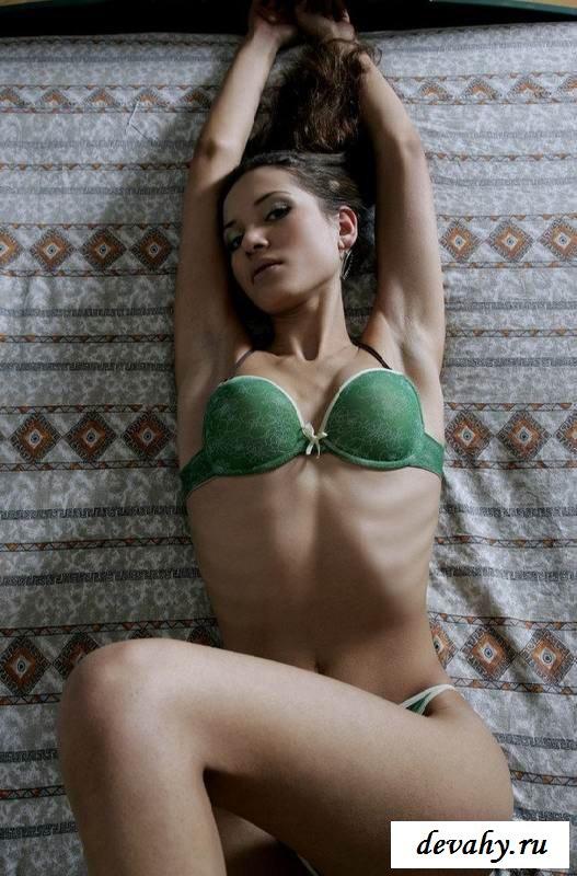 Прекрасные упругости  обнаженной брюнеточки  (15 эротических снимков) смотреть эротику