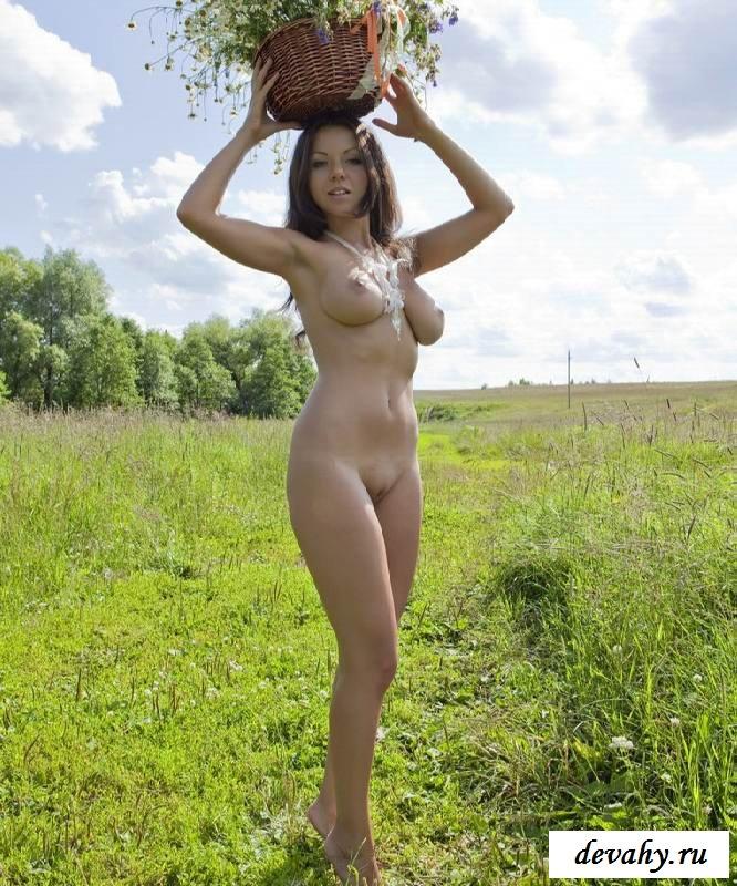Голенькие титьки одинокой сучки на природе (17 фотки эротики)