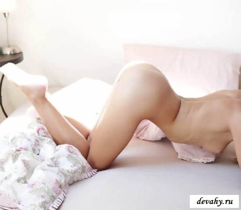 Бритая киска обнаженной барышни у окна (16 фото эротики)