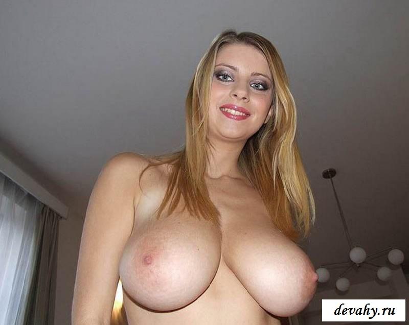 Обнаженная модель с гигантскими титьками  (порнуха)