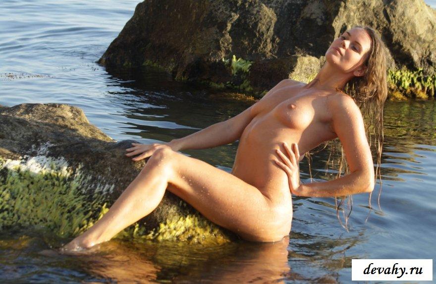 Симпатичная стройная деваха на морском берегу