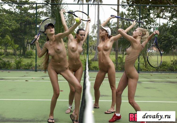 Теннис в исполнении четырёх обнажённых девок
