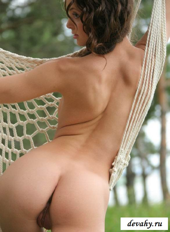 Милая писька  голой дивчины в гамаке  (15 эротических снимков)