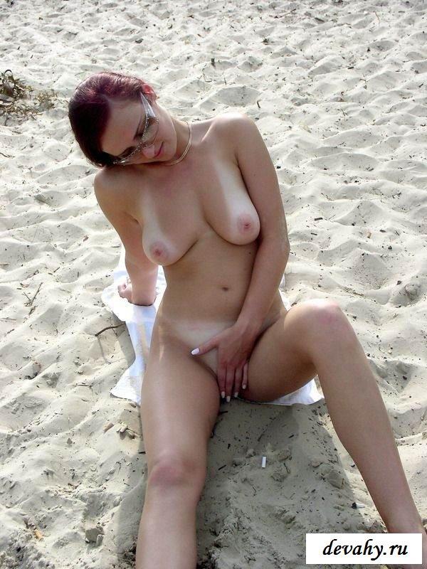 Баба разделась на песке (15 эро фоток)