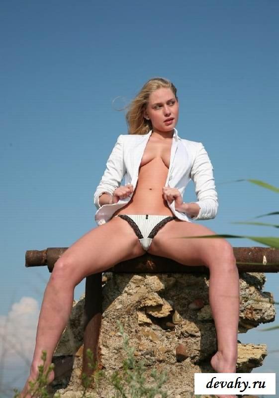 Мандуха раздетой блондинки без пиджака  (эротика)
