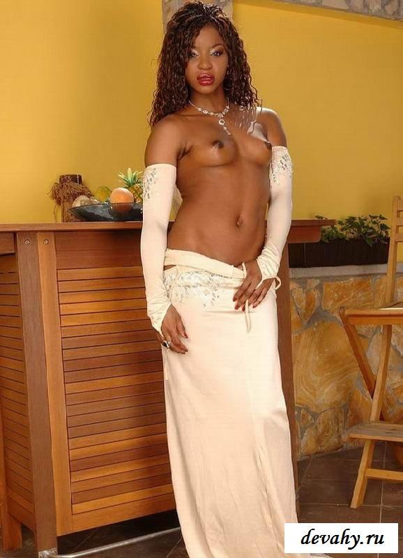 Мягкая задница раздетой девушки (15 фото мулаточек эротики)
