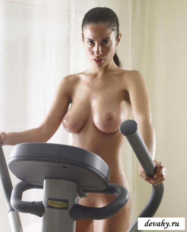 Нагая баба занимается на тренажере  (15 фото эротики)