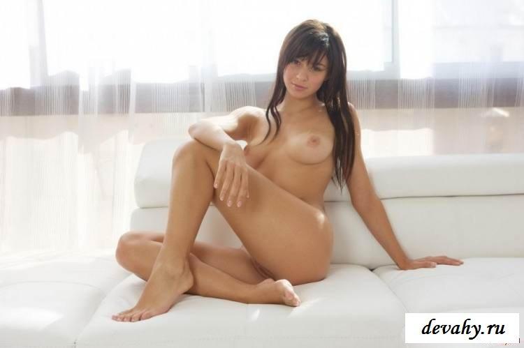 Аккуратная пизда голой девахи  (Пятнадцать эро фото) смотреть эротику
