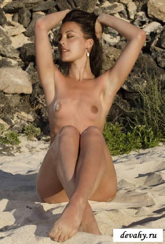 Нагая вагина девки в морском пляже  (15 эро фоток)