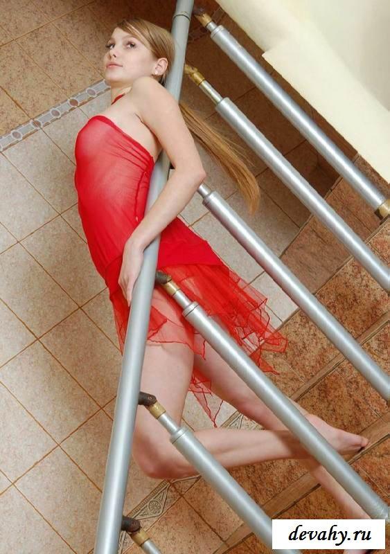 Деваха обнажит пизду на лестнице (15 фото эротики)