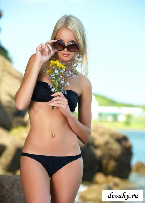 Голая милашка привлекает внимание попой на море (15 фото эротики)
