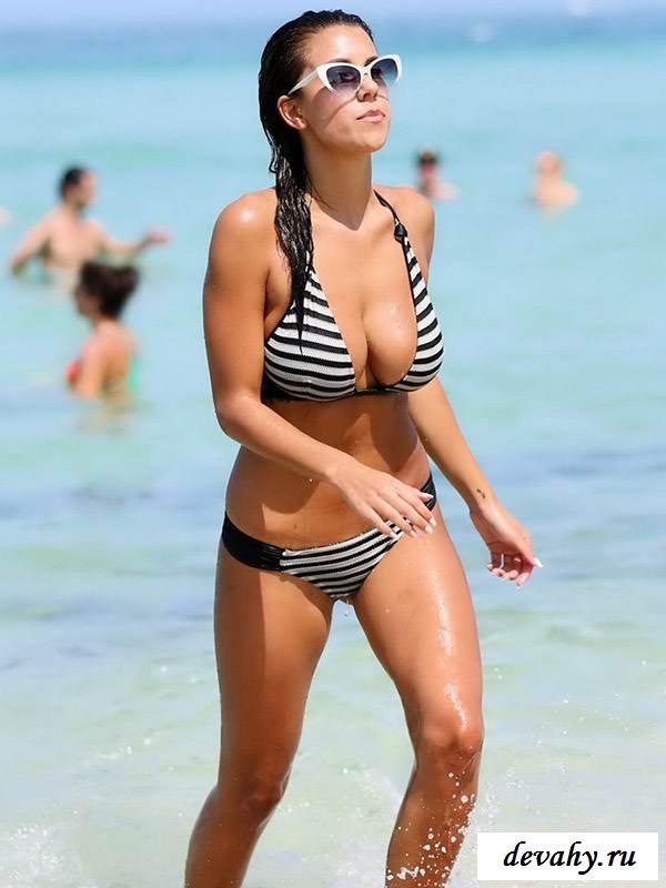 Здоровые титьки брюнетки и голый пляж бикини (16 фото эротики)