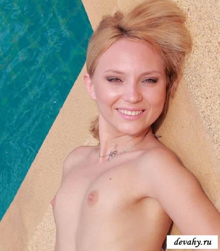 Дивчина с небольшой грудью оголилась для вас (15 эротических снимков) смотреть эротику