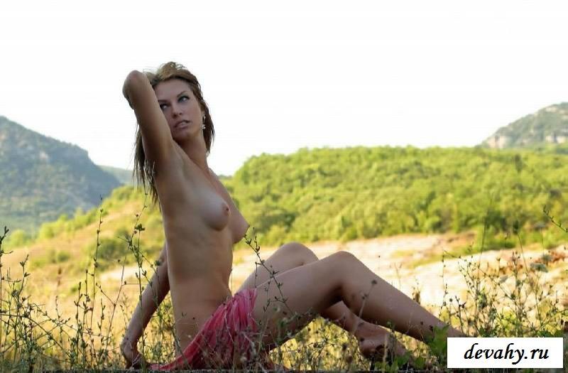 Крепкая жопа обнаженной сучки в поле в лесу (15 эротических снимков) смотреть эротику