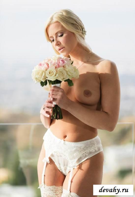 Обнаженка девушки с красивой грудью (15 эротических снимков)