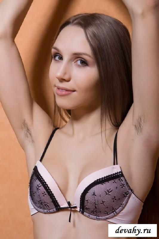 Заросшие прелести голой брюнеточки  (15 эротичекских картинок)