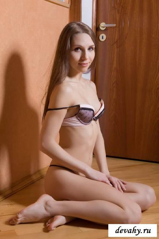 Заросшие прелести обнаженной шатенки  (15 эротических снимков)