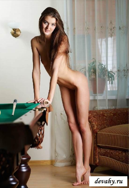 Голая игра хозяйки дома (15 фото эротики)