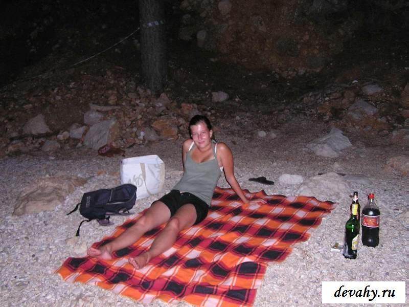 Обычная проститутка обнажит задницу у дороги (15 эротичекских картинок)