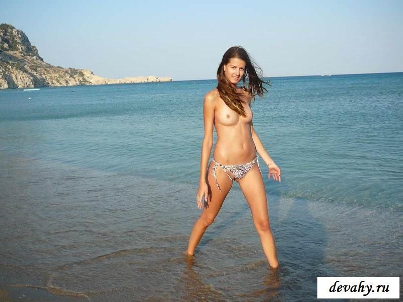 Фото голых женщин на пляже на мокром песке (16 эротики)