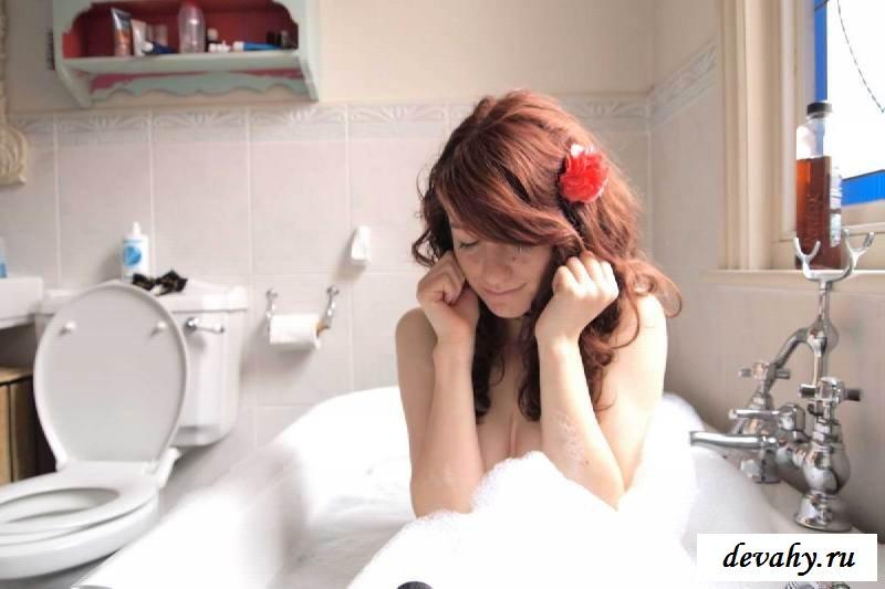 Титьки голой девушки в своей квартире в зеркале (15 эро фоток)
