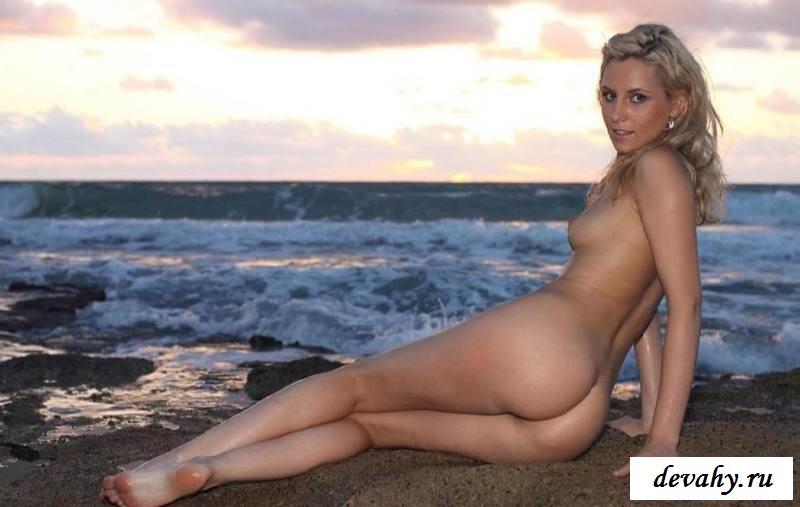 Охринительная деваха позирует на море голой (15 фото эротики)
