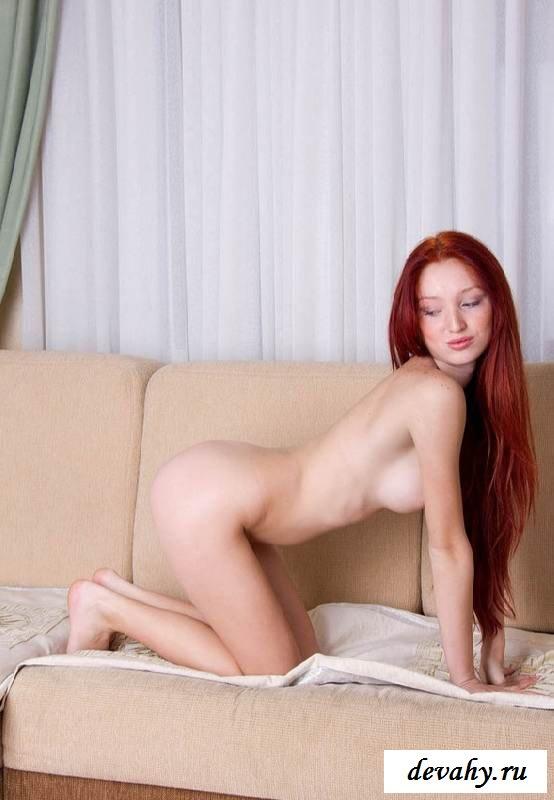 Вагина рыжей голой девахи на тахте в чулках (16 пошлых изображений) смотреть эротику