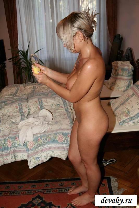 Обнаженная сучка намажет маслом ухоженную пилотку (15 эротических снимков)