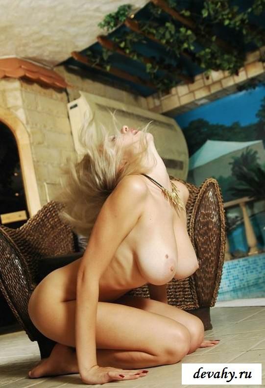 Груди голой стриженной девахи (15 фото эротики)