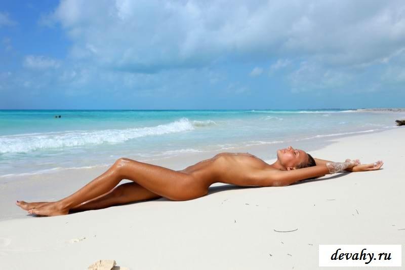 Красивое туловище смуглой раздетой супруги на берегу моря (15 эротичекских картинок)