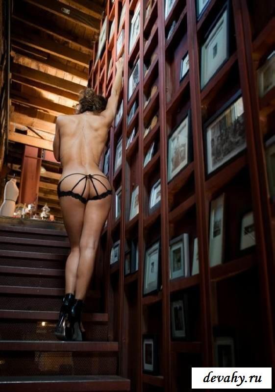 Симпатичная задница обнаженной  Ana Cheri.  (15 эротичекских картинок)