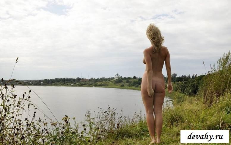 Изящные дойки обнаженной девки в заброшенной деревне (16 пошлых изображений)
