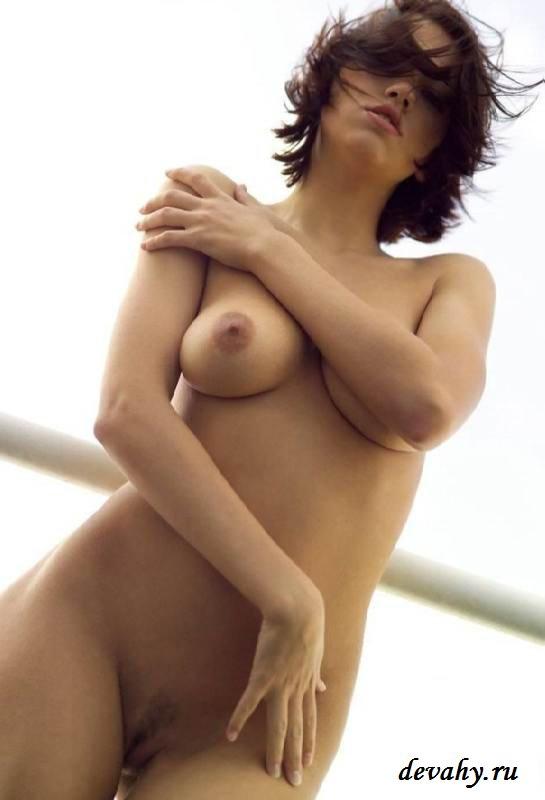 Стройная девчонка голая на балконе (15 фото эротики)