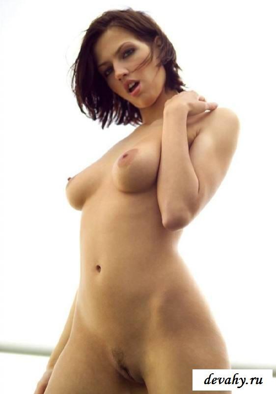 Стройная девушка голая на балконе (15 фото эротики)