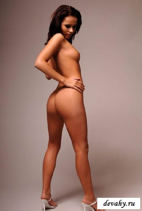 Великолепная попочка голой девчонки  (15 фото эротики)