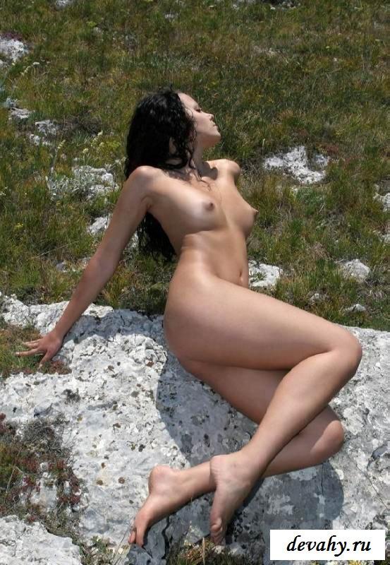 Обнаженная тёлка бродит в горах (16 интим фото)