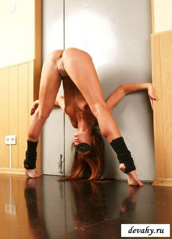 Сиськи сексапильной невероятно гибкой  гимнастки (15 эро фоток) секс фото