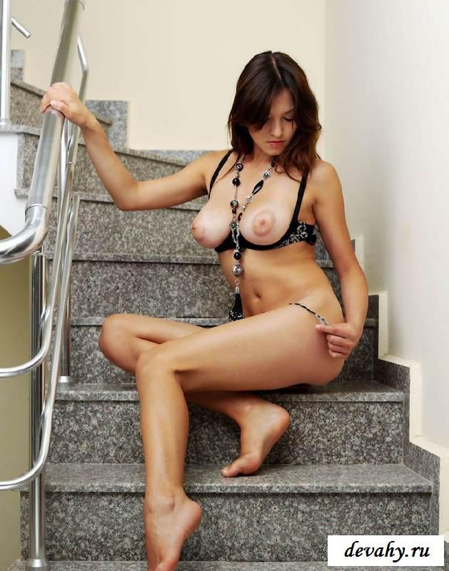 Буфера раздетой барышни на ступенях (Пятнадцать эро фото)