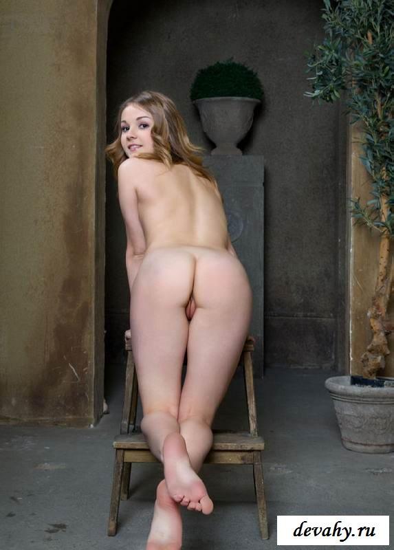 Крошечная пизда голой девки в старом замке  (15 фото эротики)