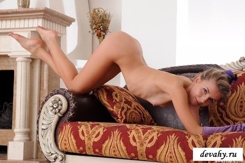 Роскошное тело соблазнительной чиксы на тахте (15 эротичекских картинок)