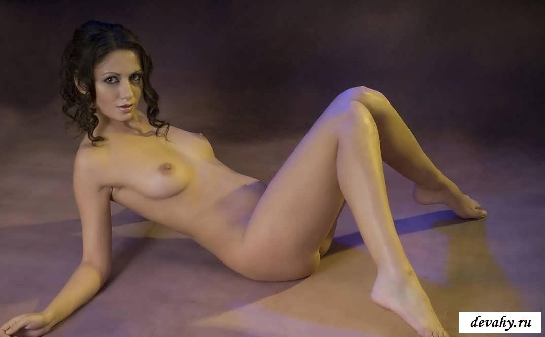 Восхитительная грудь обнаженной бабы в студии (Пятнадцать эро фото) секс фото