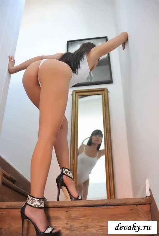 Шикарная задница раздетой студентки перед зеркалом (15 фото эротики)